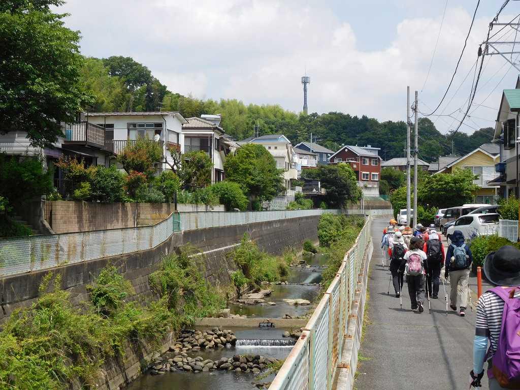 人通りの少ない黒須田川を上流へ向かって歩く