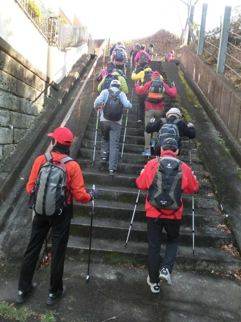 市が尾町公園の階段を登る