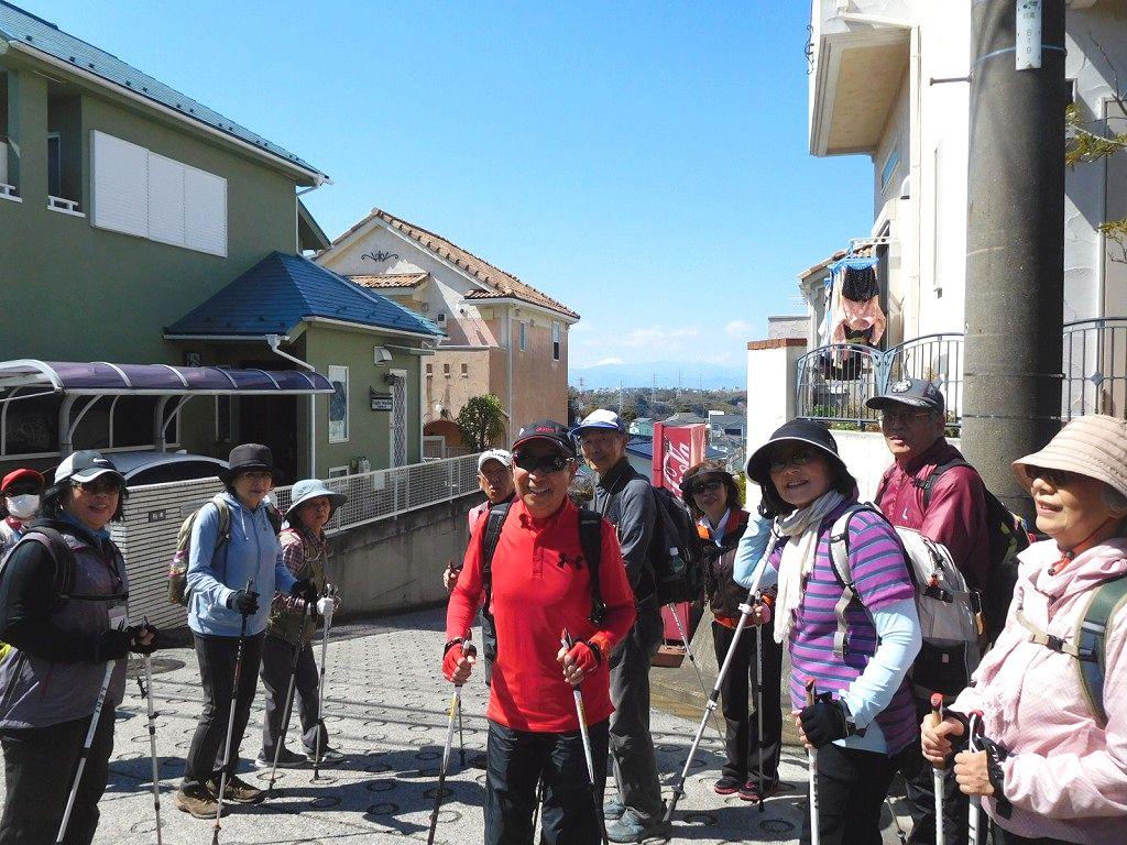 坂の途中から富士山が見えますよ