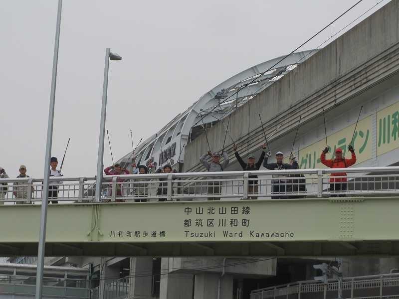 川和町陸橋で先頭を歩いている人達の激励!!