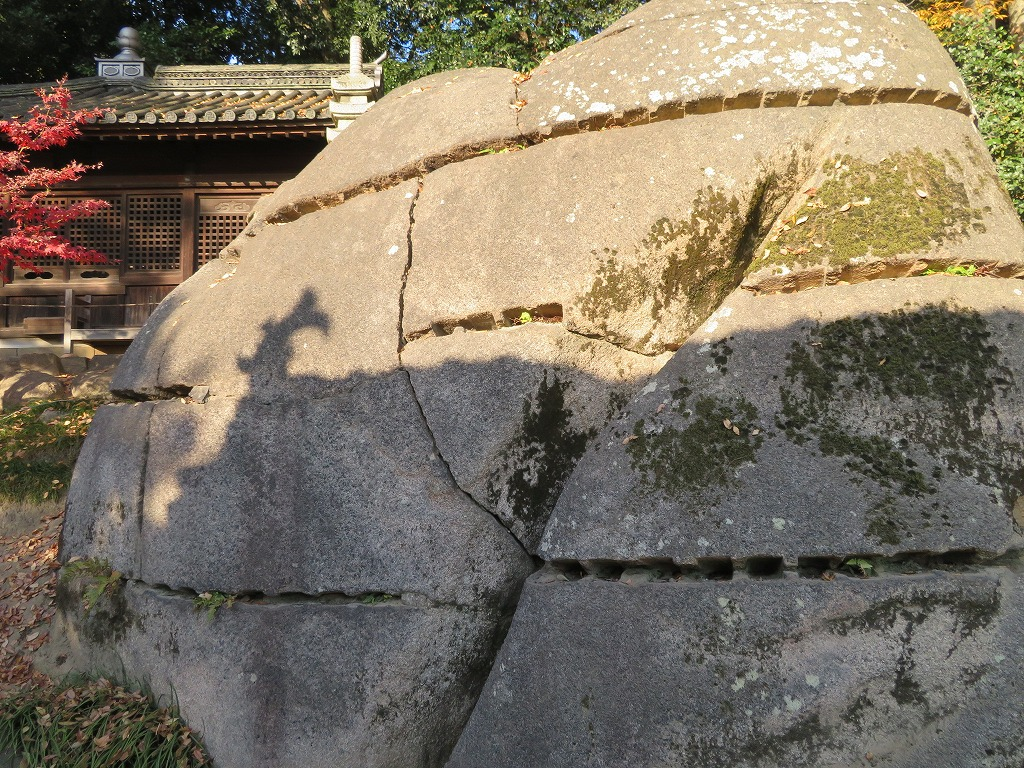 慈眼堂の36個に分割した花崗岩