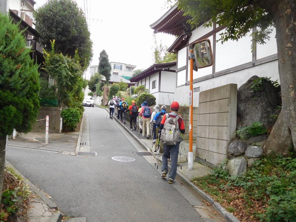 狭い住宅地の急坂を一列で歩きます