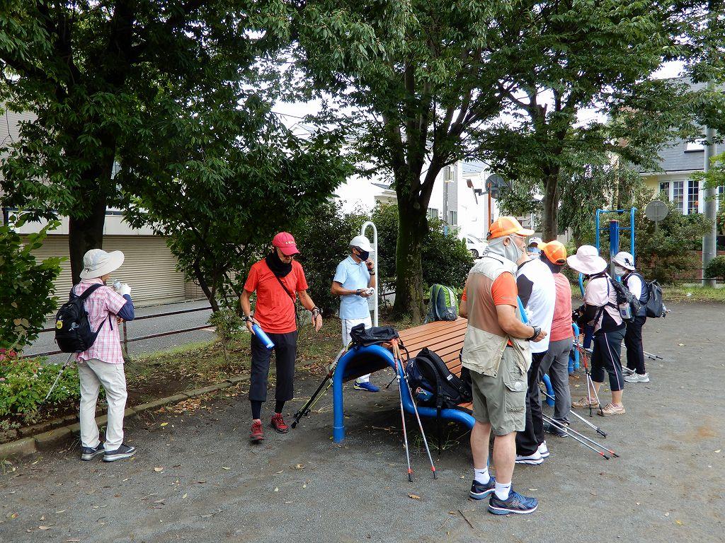 泉田向公園で1回目の水分補給、喜界島の黒砂糖で当分補給Tさん御馳走様