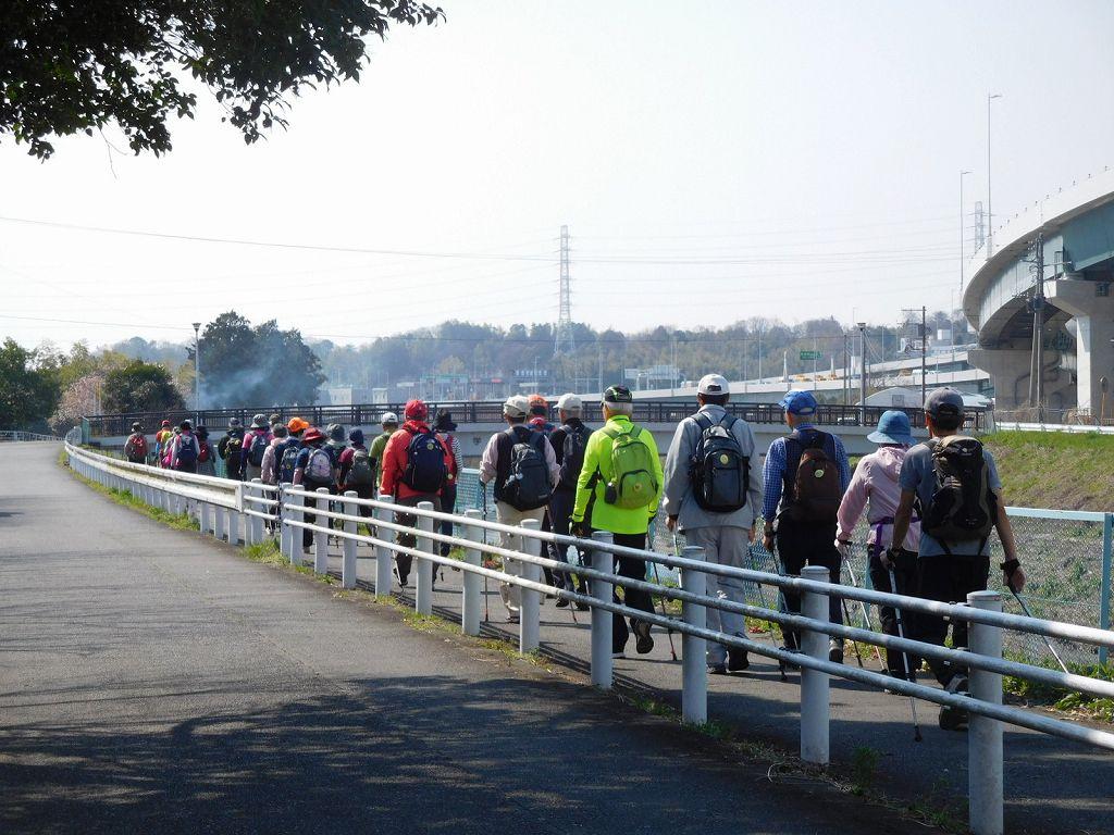 鶴見川の歩道の狭い所は一列で!!