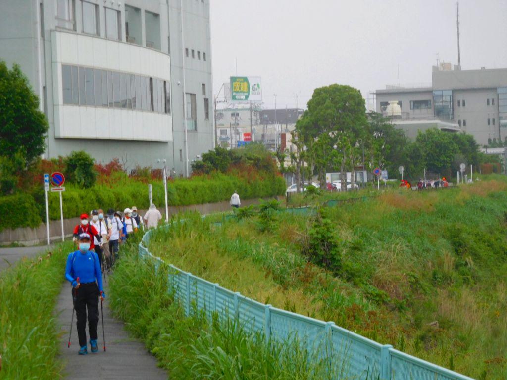 鶴見川上流に向かって歩く2班・3班