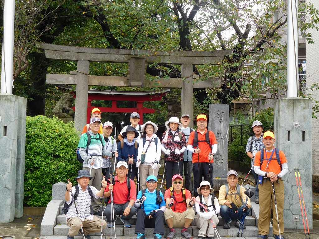 初めての訪問地「驚神社」で記念撮影