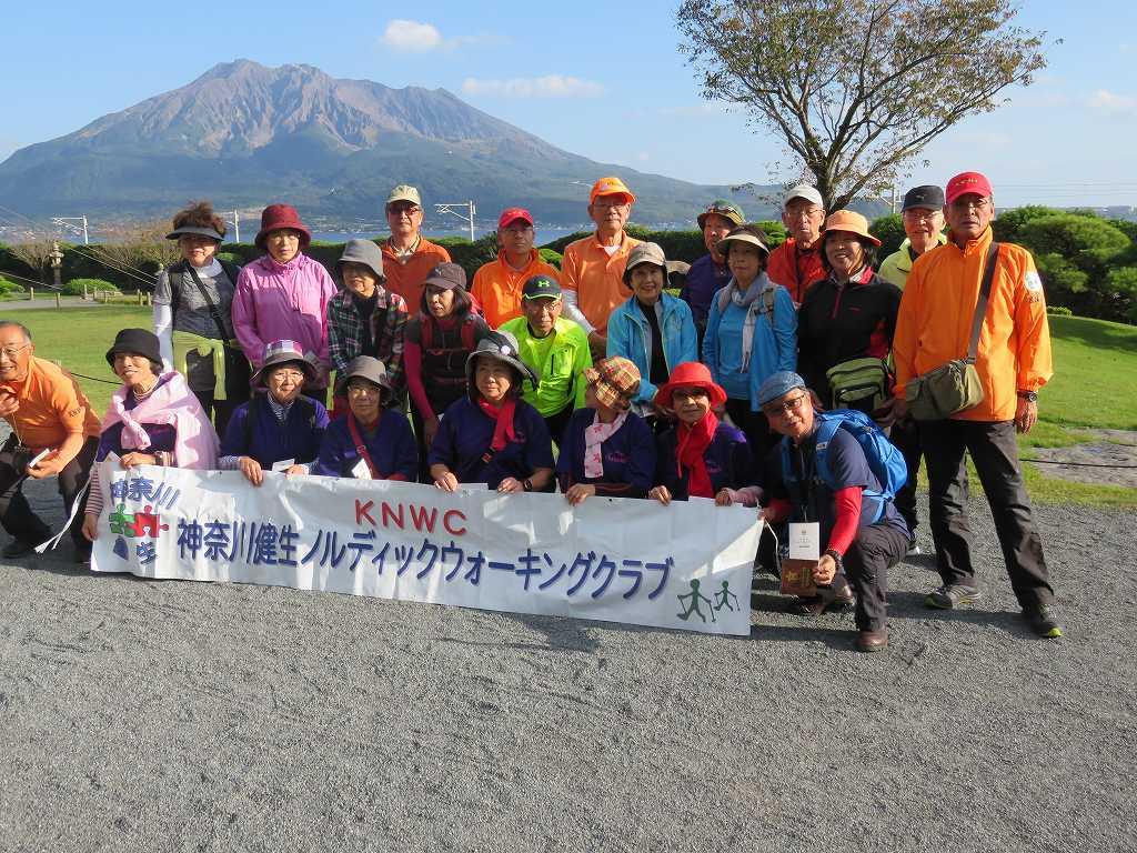 桜島をバックに神奈川組の集合写真