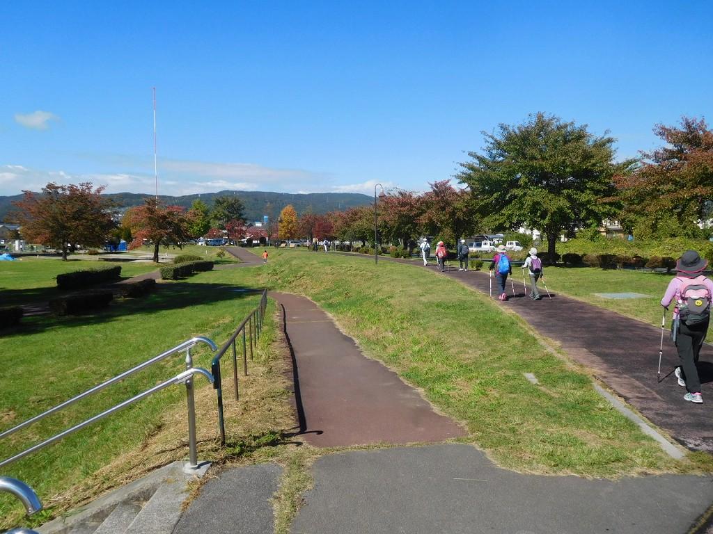 運動公園の端を歩いています