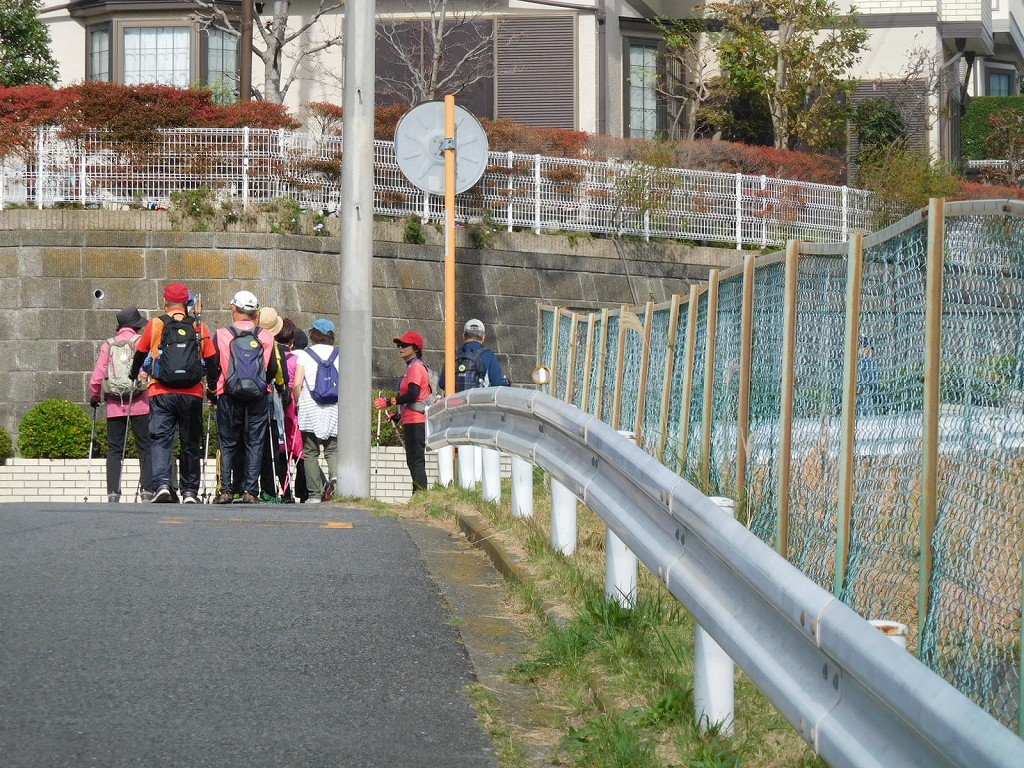 荏田高校グランド裏の急坂を登り列詰めです