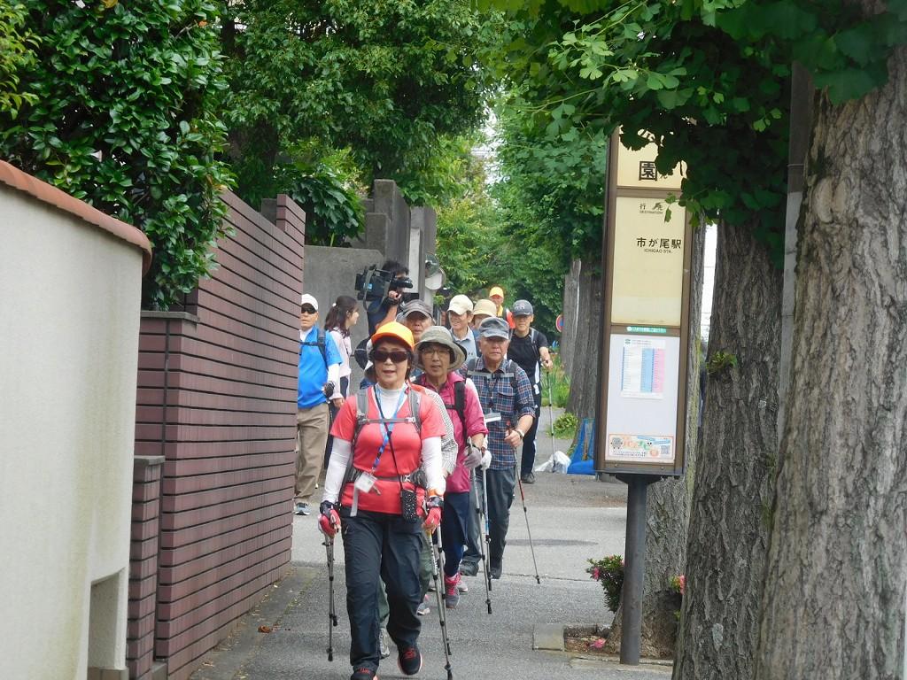 泉公園前を歩く二班の先頭
