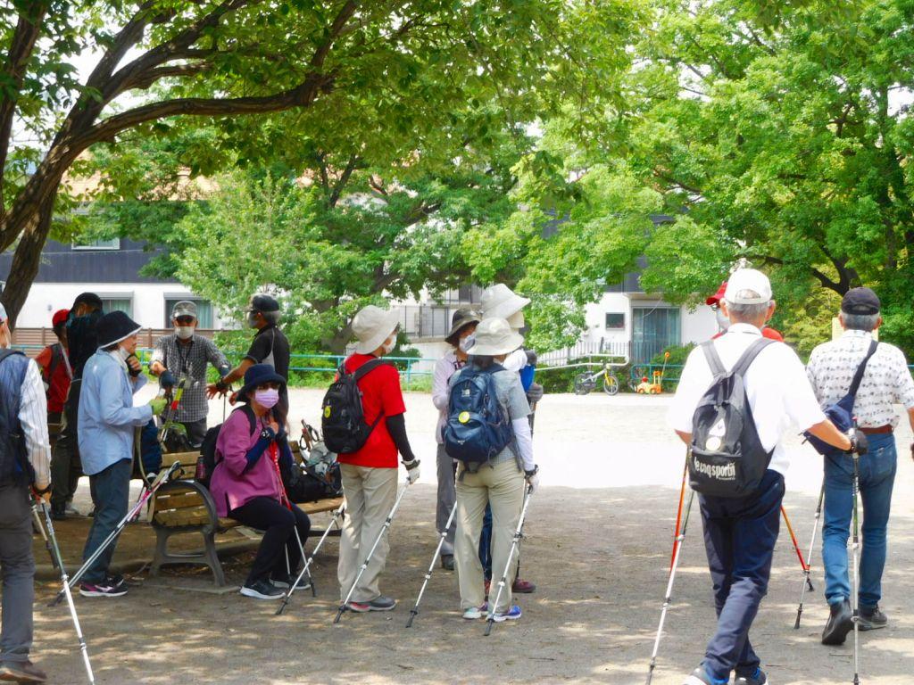 ANWでは初めての公園です 皆さん木陰に集まって休憩 もう初夏!