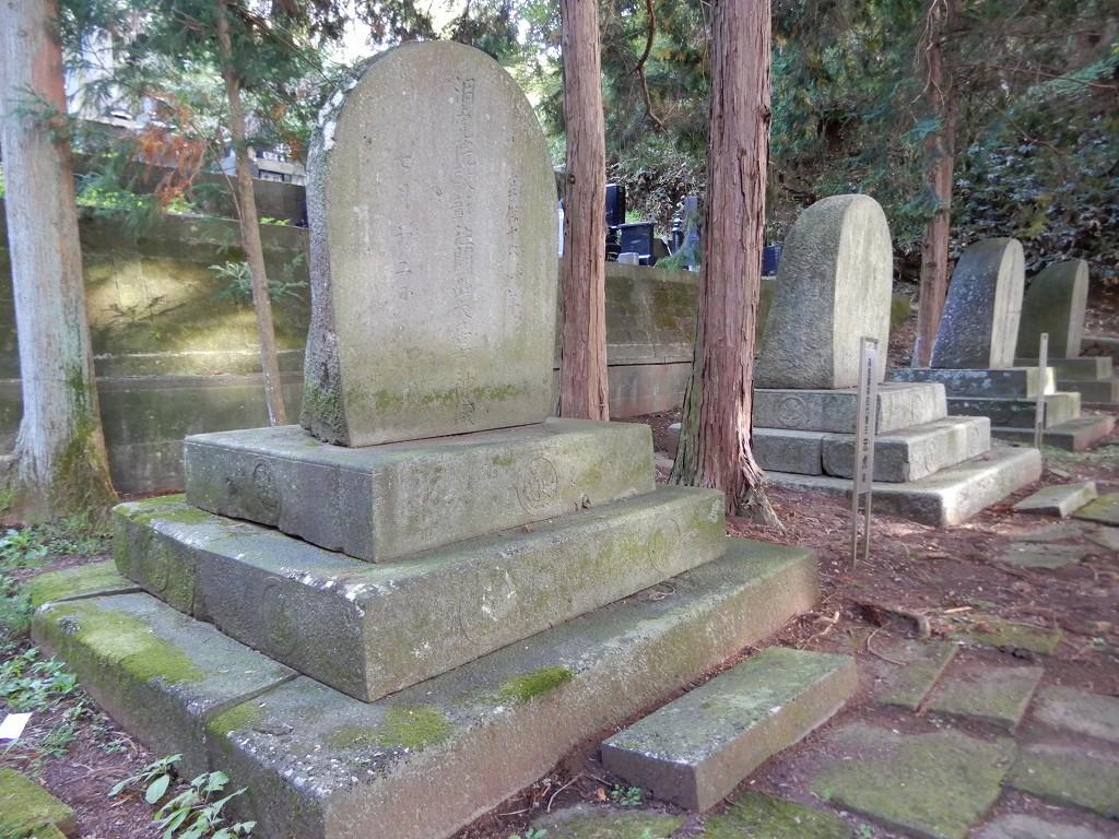 歴代藩主の墓標