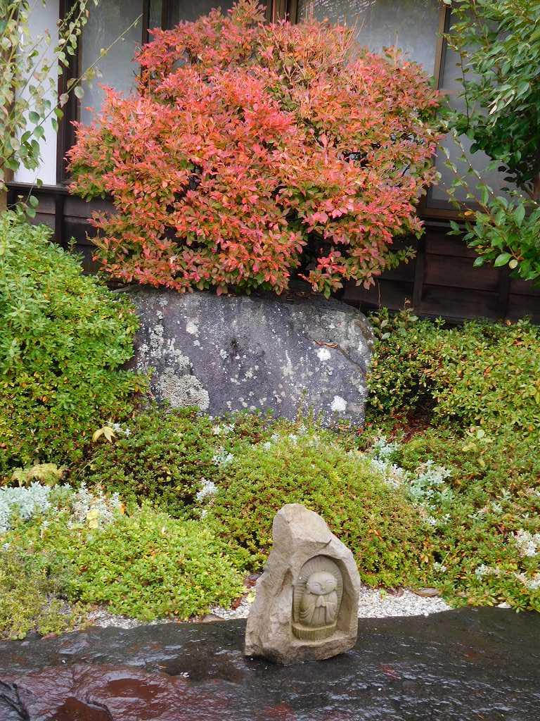 紅葉の下には小さなお地蔵さん