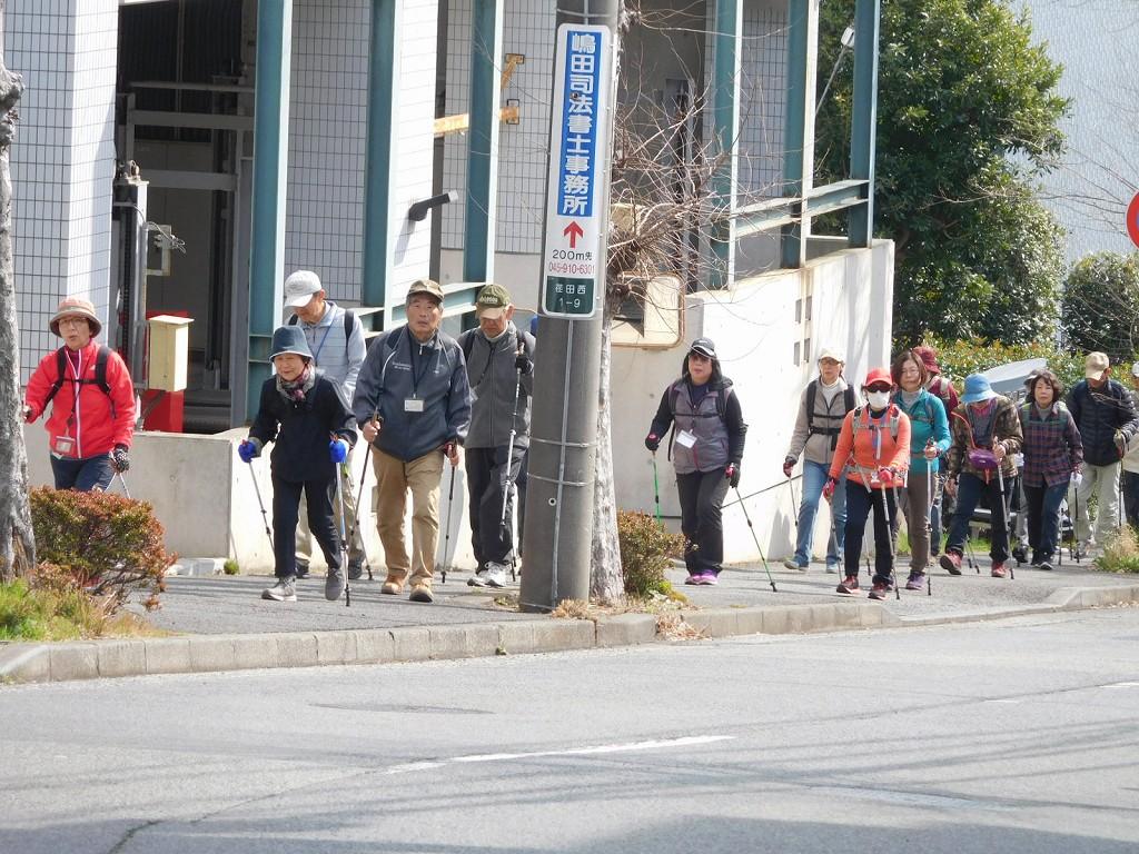 法務局前の坂道を上る 珍しくFさんが前方位置で歩いてます