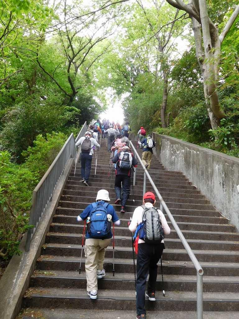 東名横浜青葉下りPA方向への階段を上る皆さん