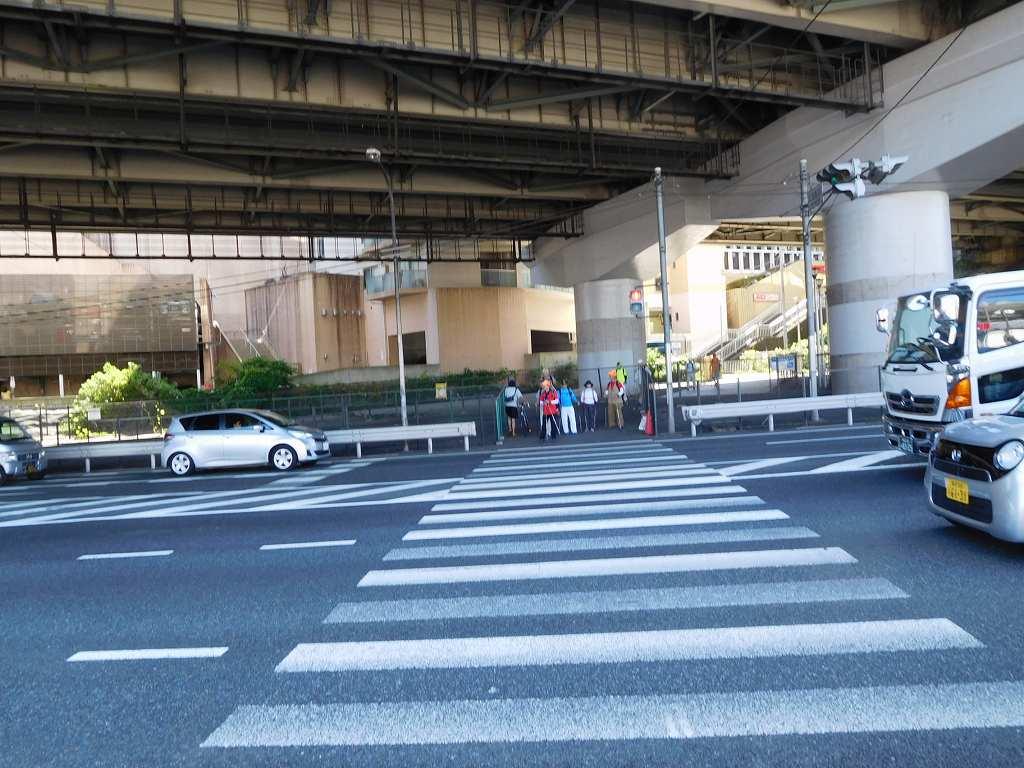 江田駅交差点の信号待ちの2班