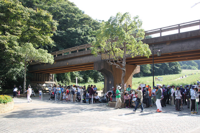 正門前では一般客も多く大変な混みようです