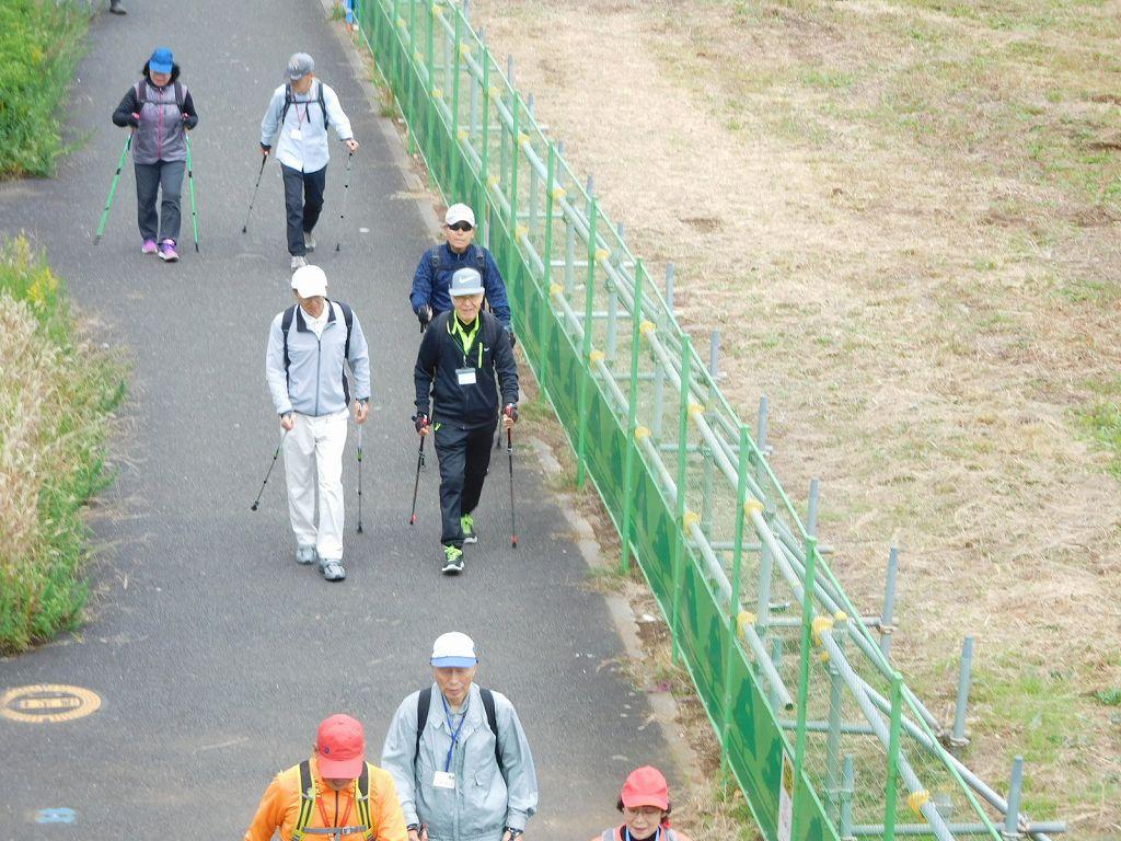 川和駅前歩道橋から二班の皆さんを写す