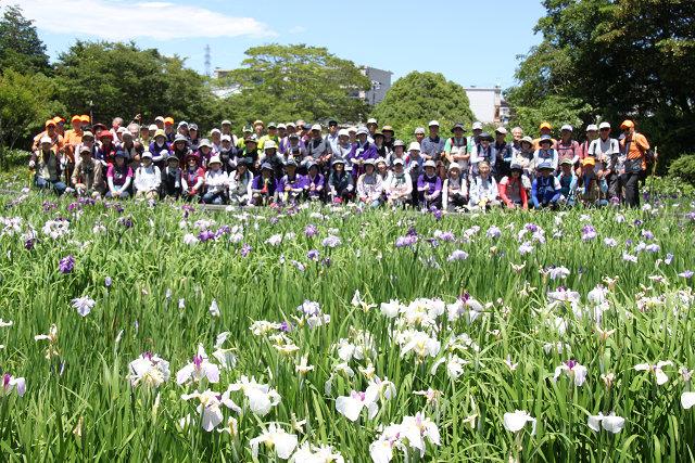 横須賀菖蒲園に到着 昼食前に全員で集合写真