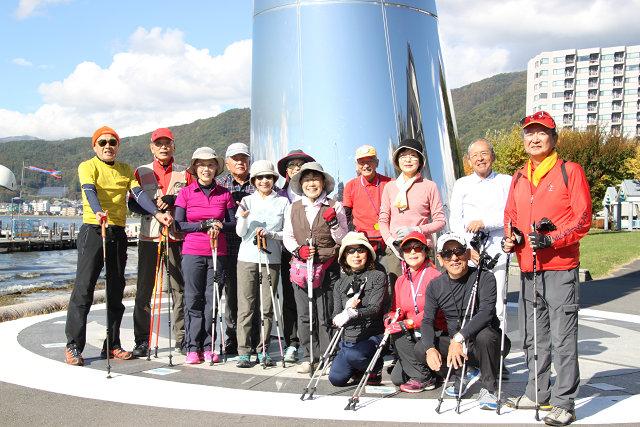 諏訪湖一周16Km完歩した男性7名・女性7名 計14名の満足の笑顔