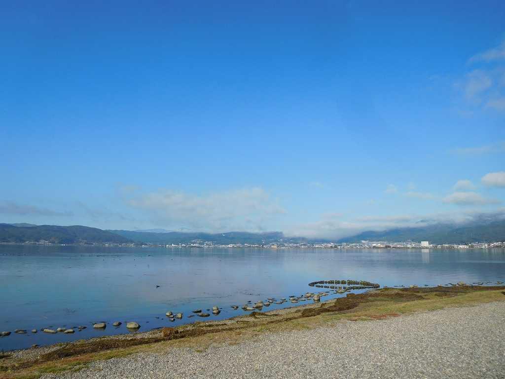 諏訪湖が秋晴れに映えています