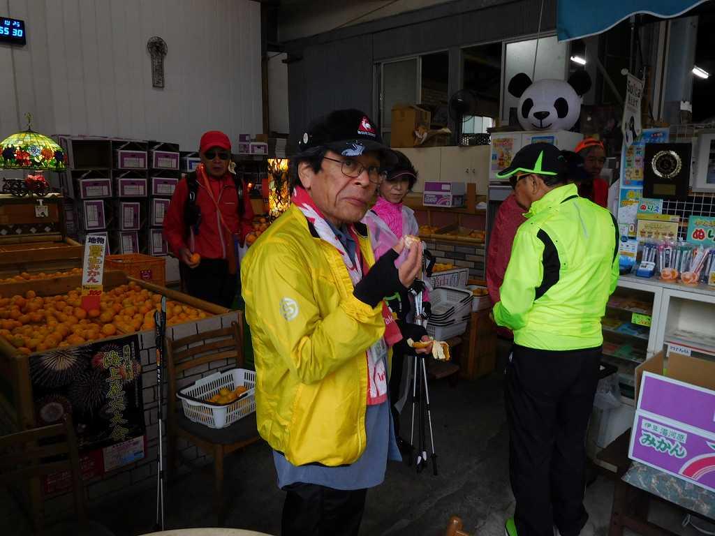 柑橘店「石澤商店」で試食し、蜜柑・蜂蜜・肥料を求める会員