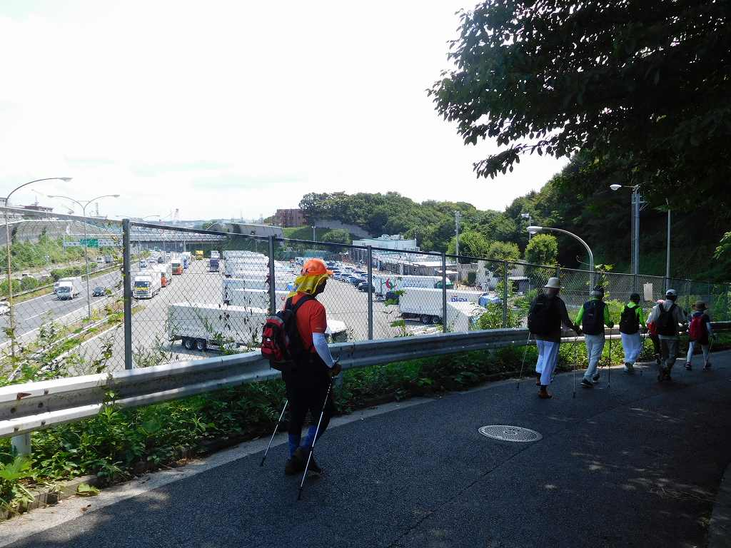 もう少しで東名高速PAです 大型車が多くPAで休憩中のようです