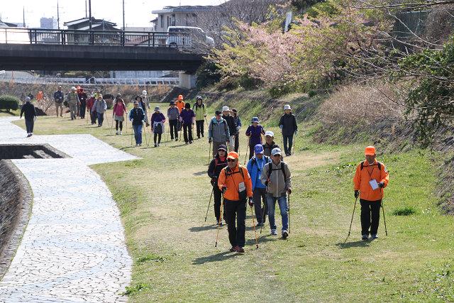 人通りも少なく歩きやすい水無川遊歩道