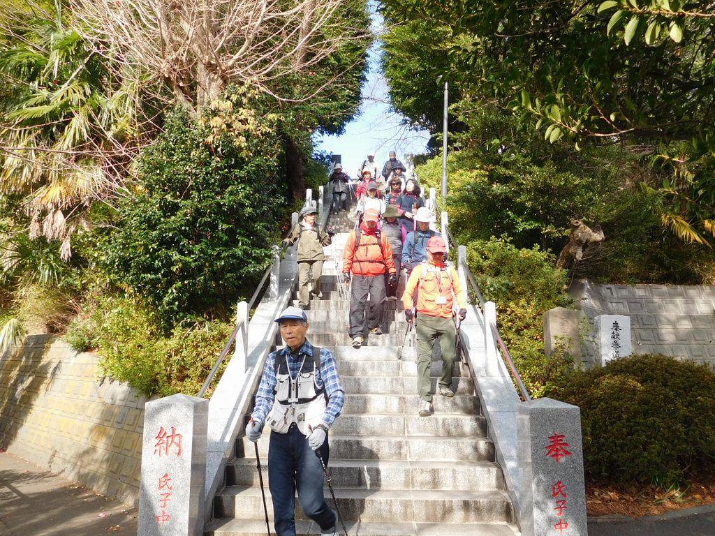 参拝を終え階段を降りる 「注意して降りましょう!!」