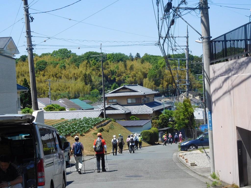 黒須田川へ向けて住宅地を歩く