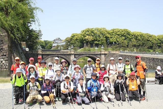 二重橋をバックに集合写真 カメラマンのMKさんに感謝!!