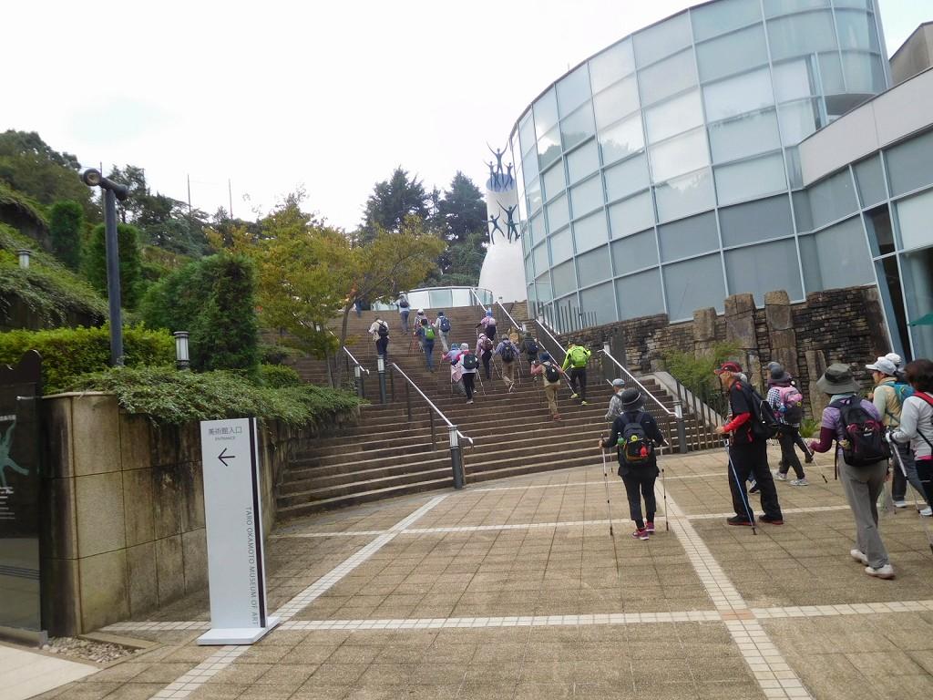 岡本太郎美術館入口横を歩く