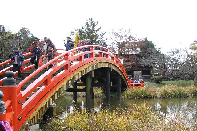 阿字ケ池に架かる反り橋の先には平橋が続く