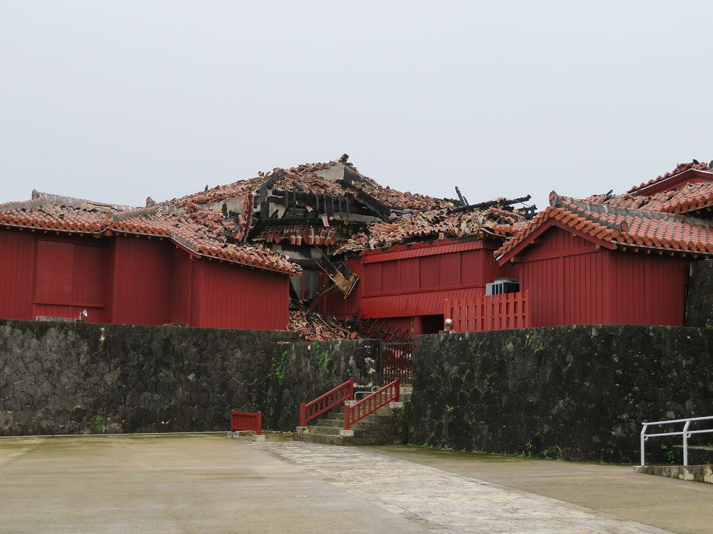 火災で焼けた一部の首里城(消失した本殿には行けなかった)