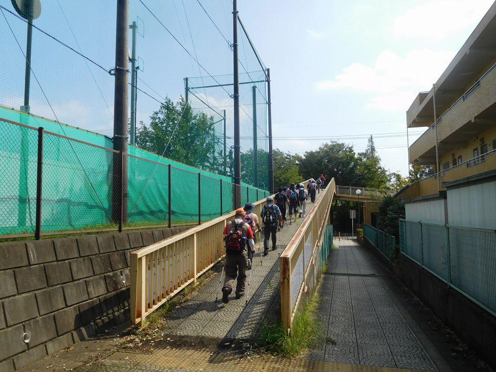 泉田向公園横の陸橋を渡る