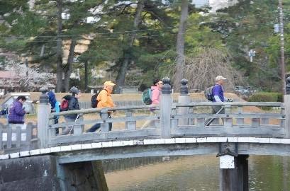 同じく馬出門前の橋を渡る
