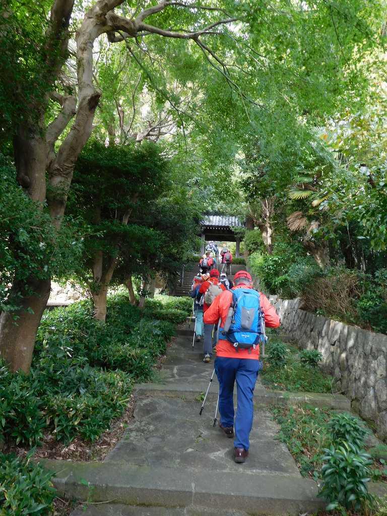 ウォーミングアップ場所の城願寺へ移動