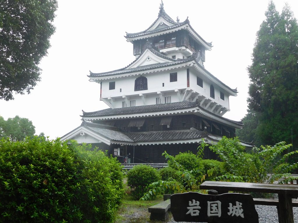 岩国城天守 錦川から見える山に上に建っています