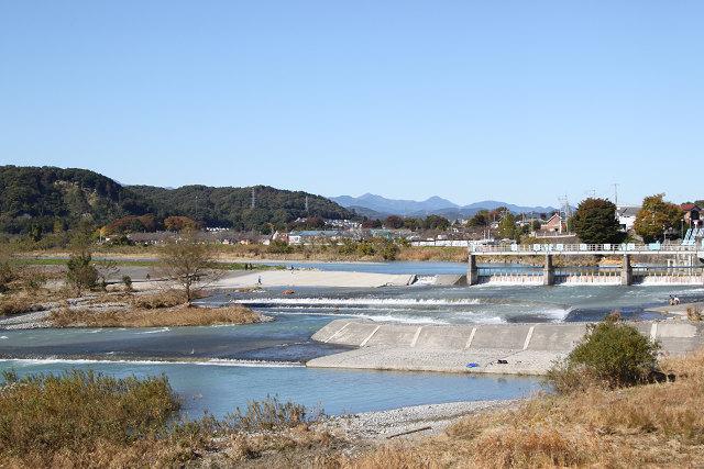 羽村堰下橋より多摩川上流を望む、遠く山々が望める