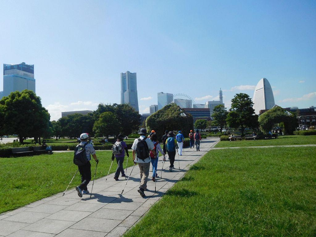 横浜の代表的建造物を眺めつつ歩く