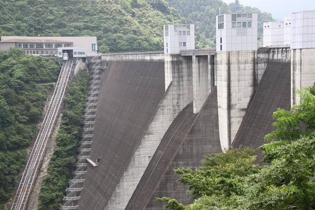 ダム横からのダム全景