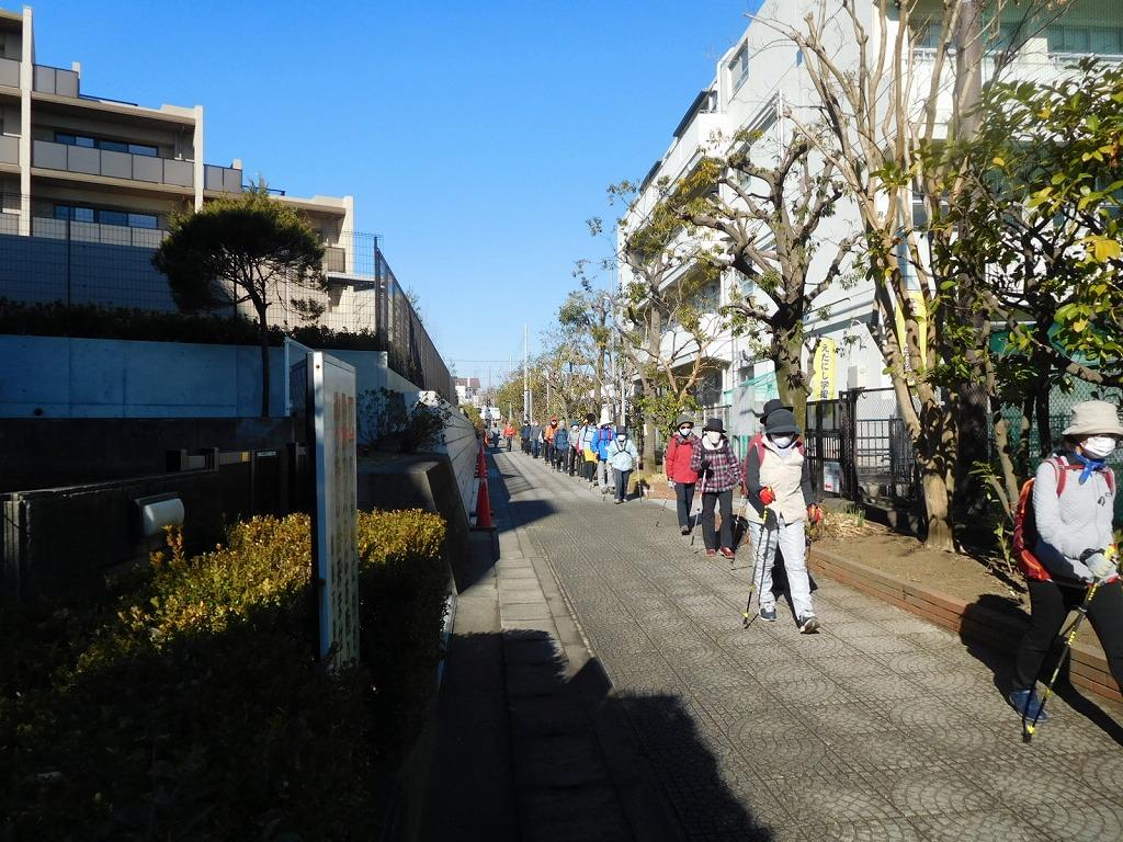 荏田西小学校裏の通学路を歩く