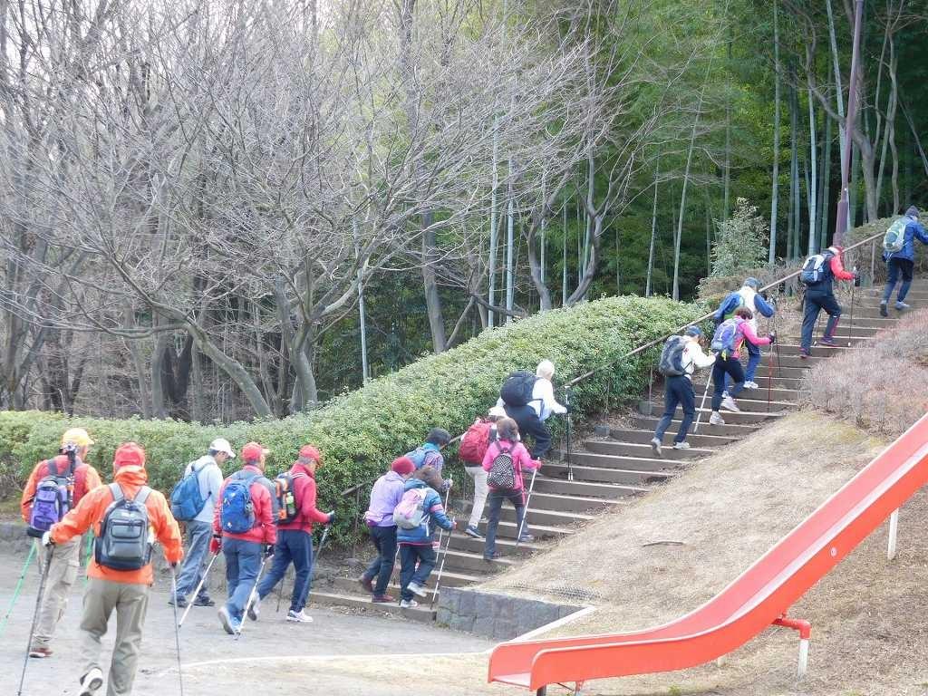 階段を登って頂上へ向かう