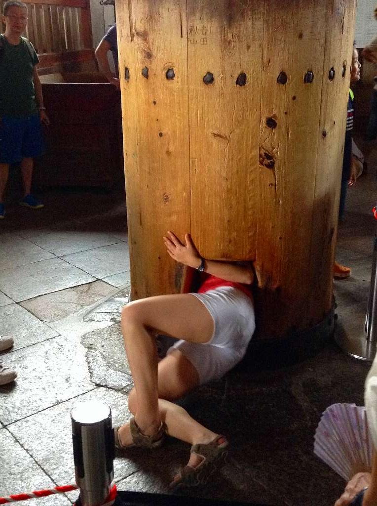 大仏の鼻の穴と同じ大きさの柱の穴をくぐる外人観光客 果たして・・・