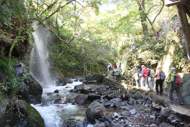 瀑布のマイナスイオンを浴びながら歩を進める