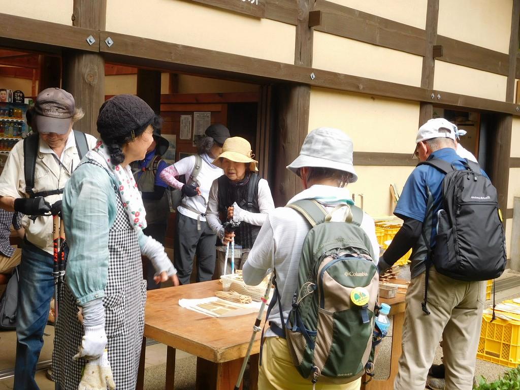 ばしょうじ谷戸休憩所で「木・竹細工」の作品を観賞