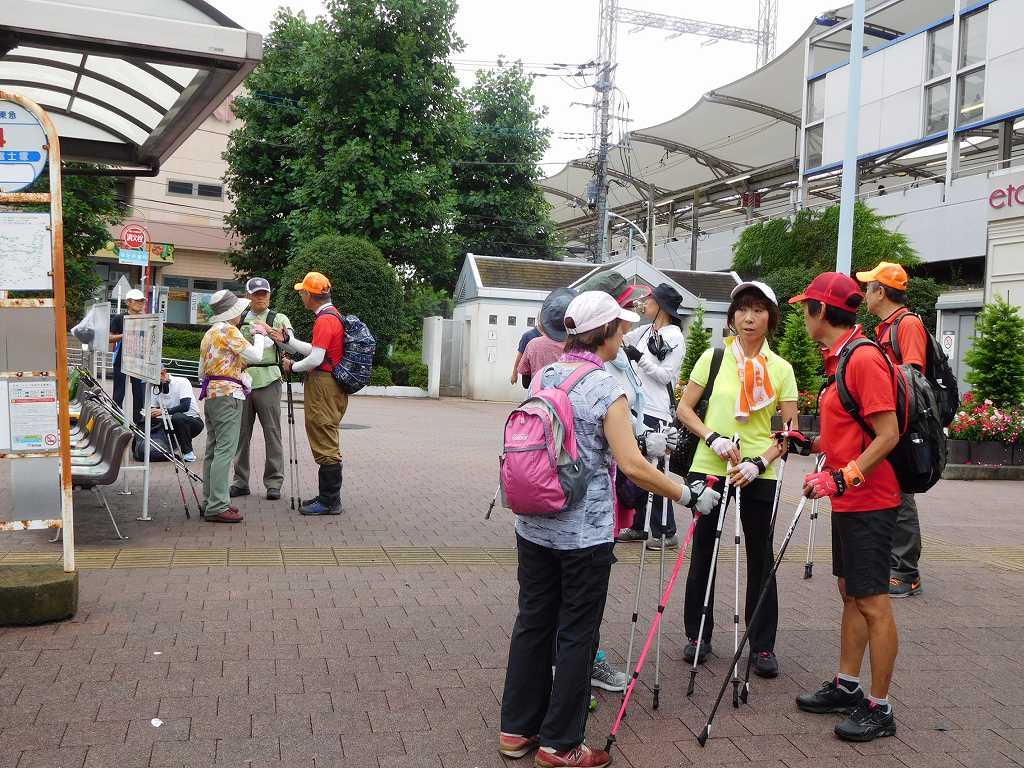 江田駅での休憩 湯河原NWの話題で盛り上がっています
