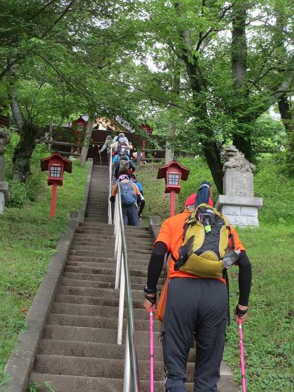 熊野神社の急階段、階段を回避しようとした人も・・・・