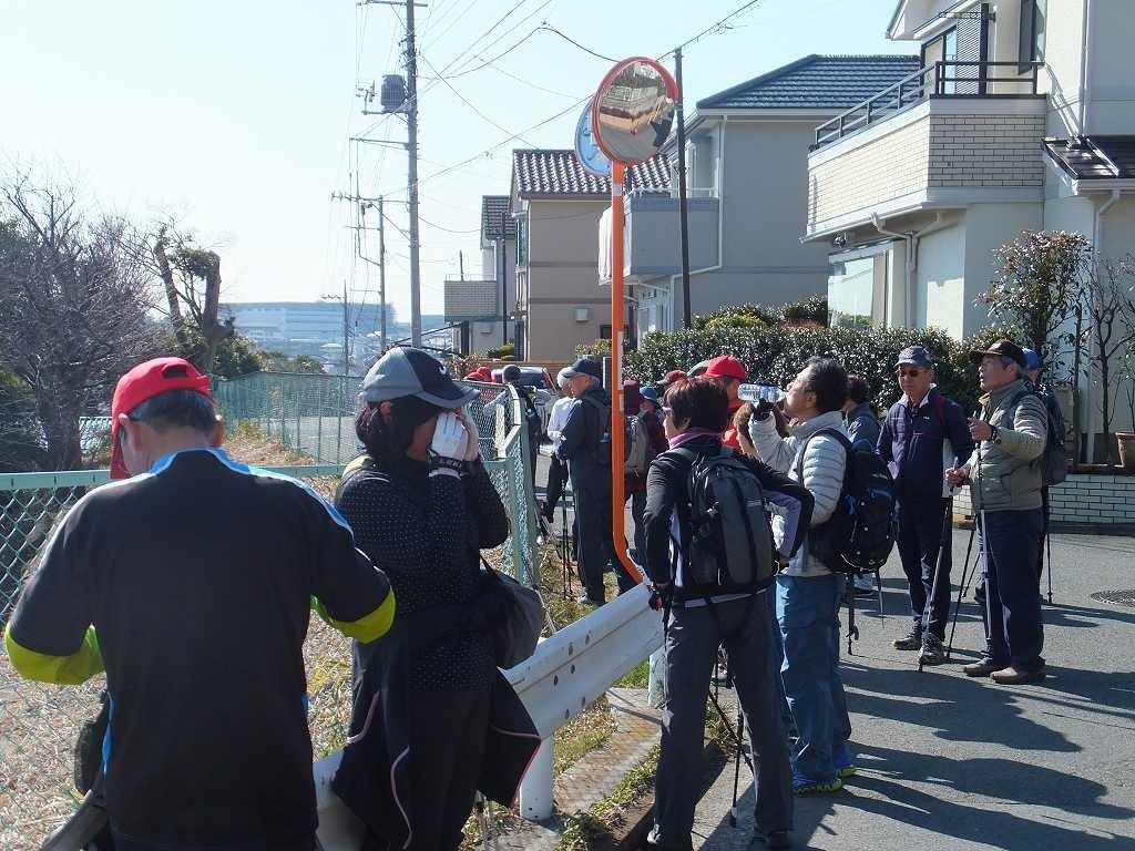 荏田高校グランド裏で休憩、暖かくて1枚脱ぐ人が多かった
