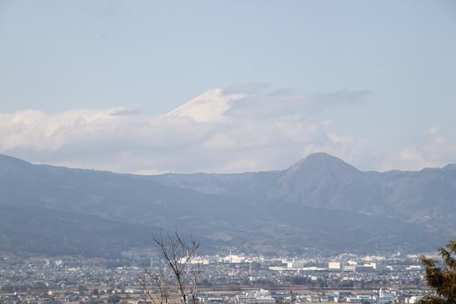富士山雲がかがっていますが、少し顔を覗かせています